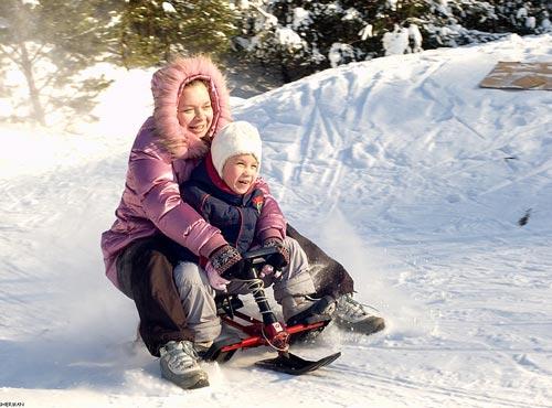 мама с ребёнком на снегокате