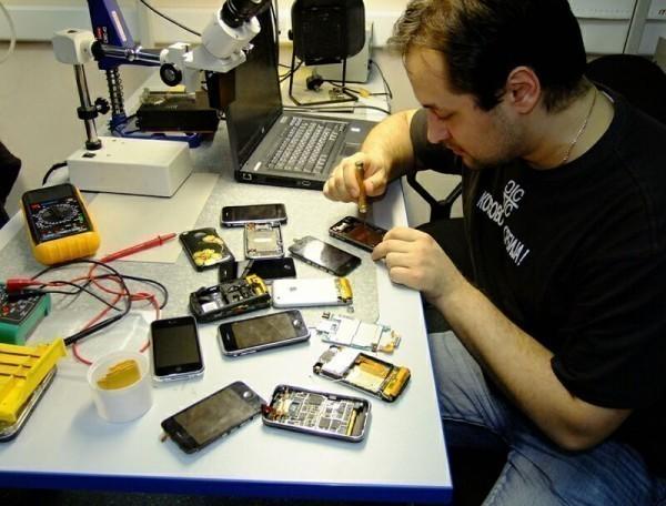 мастер ремонтирует смартфон