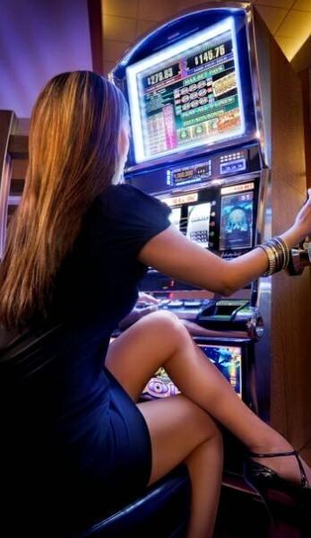 девушка играет в казино