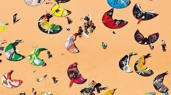 кайтсёрфингисты на пляже