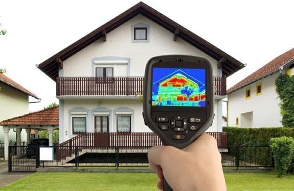 дом просматривают через тепловизор