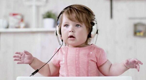 ребёнок прослушивает музыку