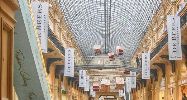 флагштоки в торговом центре