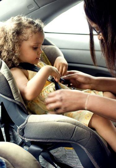 Ребенлк в машине