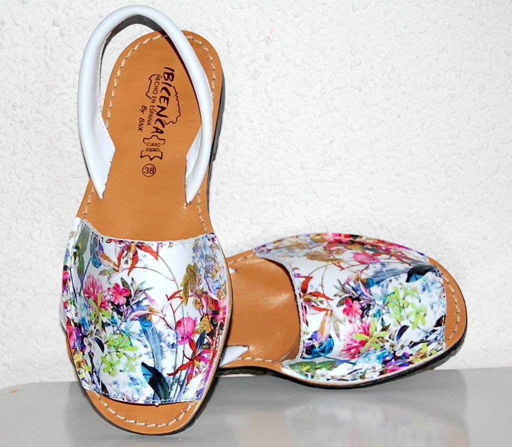 Женская обувь на площадке klubok