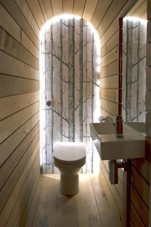 Туалет-с-отделкой-деревом-и-подсветкой