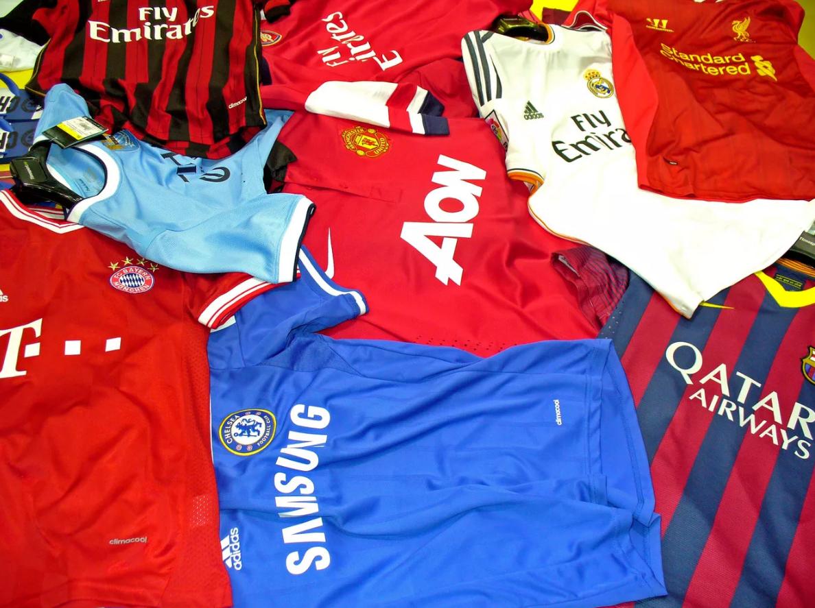 Спортивная одежда и футбольная атрибутика