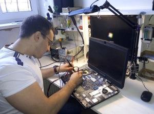 Почему ноутбук сильно нагревается во время работы?